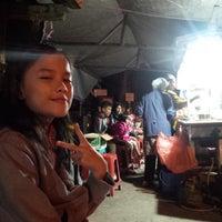Photo taken at Pangsit Jembes by Dede P. on 8/10/2014