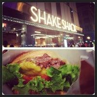 Foto tirada no(a) Shake Shack por Elrick E. em 9/2/2013