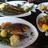Das Foto wurde bei Öz Fish House von Tolga S. am 8/25/2013 aufgenommen