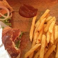 4/1/2014 tarihinde Tugba B.ziyaretçi tarafından Retro Burger'de çekilen fotoğraf