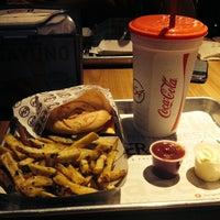 Foto tomada en Burger 54 por Maria Sofia M. el 3/16/2015