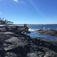 Photo taken at Hōnaunau Bay Puʻuhonua Pt. by Gemma on 12/13/2016