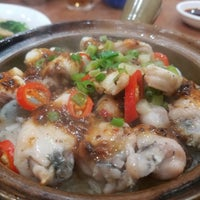 Photo taken at Kwan Kee Claypot Rice by Ruth K. on 1/11/2017