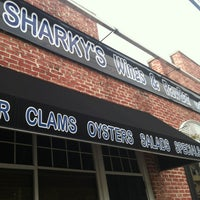 Foto tomada en Sharky's West Wing & Raw Bar por Dillon M. el 8/31/2013