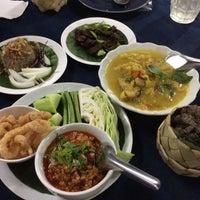 Photo taken at ร้านอาหารพื้นเมือง ข้าวอุ่น Northern Thai Cuisine by Suphasak S. on 3/5/2015