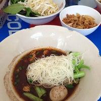 Photo taken at ก๋วยเตี๋ยวเรือลุงเอื้อน By วรรณ Spicy Stock Noodle (Kuai-Teaw Nam-Tok). by Yanisa S. on 9/28/2013