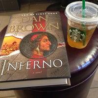 รูปภาพถ่ายที่ Starbucks โดย Alexandra G. เมื่อ 5/12/2014