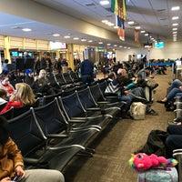 รูปภาพถ่ายที่ Terminal C โดย Dan V. เมื่อ 11/27/2017