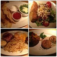 Снимок сделан в Houston's Restaurant пользователем Tina N. 1/5/2013