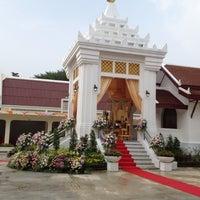 Photo taken at วัดหิรัญรูจีวรวิหาร (วัดน้อย) Wat Hiran Ruchi Worawihan (Wat Noi) by Aie K. on 10/13/2012