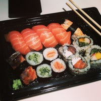 Foto tirada no(a) Sushi Roots Express por Daniel R. em 3/5/2013