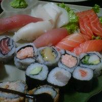 Foto tirada no(a) Yukusue Sushi por Bia P. em 11/25/2012