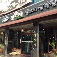 Photo taken at 장단지 참숯 생막창 생오리 by Inhyuk C. on 5/27/2014