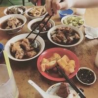 Photo taken at Restoran Hwa Mei 美华肉骨茶 by Clement C. on 10/31/2015