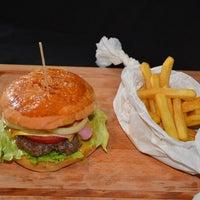 8/15/2013 tarihinde Emre K.ziyaretçi tarafından Retro Burger'de çekilen fotoğraf