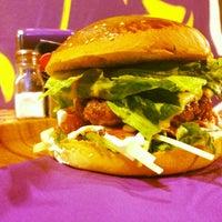 2/20/2013 tarihinde Emre K.ziyaretçi tarafından Retro Burger'de çekilen fotoğraf