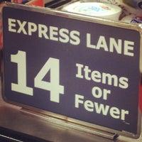 Foto scattata a Hannaford Supermarket da Dan F. il 10/16/2012
