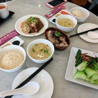 Photo taken at Loy Kee Best Chicken Rice 黎記海南雞飯 by Jia-Rong W. on 11/25/2016