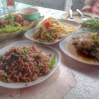Photo taken at ร้านอาหารเมืองคอน ปลายแหลมสะพานหินภูเก็ต by Omenasa C. on 4/30/2014