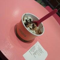 Foto tomada en Yooglers Frozen Yogurt por Hye Min K. el 9/23/2013