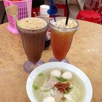 Photo taken at Pitt Street Koay Teow Th'ng (椰腳粿條湯) by Julia N. on 6/19/2013