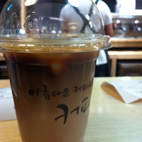 Photo taken at 커피지인 by Sanghee J. on 4/20/2013