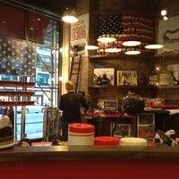 Foto tirada no(a) New Balance NYC Flagship Store por Raj G. em 12/30/2012