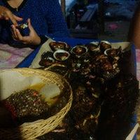 Photo taken at Kampung seafood Jimbaran by Hairul A. on 4/14/2015