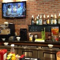 Foto scattata a Another Broken Egg Cafe da MH H. il 6/16/2013