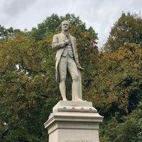 รูปภาพถ่ายที่ Alexander Hamilton Statue โดย Kevin G. เมื่อ 10/9/2018