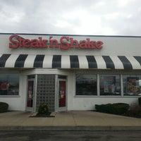 Photo taken at Steak 'n Shake by Matt K. on 3/27/2014