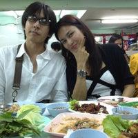 Photo taken at Hai ส้มตำคอนแวนต์ (Som Tum Convent) by OAM T. on 10/4/2012
