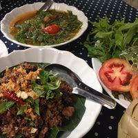 Photo taken at ร้านอาหารพื้นเมือง ข้าวอุ่น Northern Thai Cuisine by Tai K. on 10/11/2014