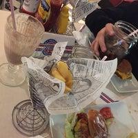 Das Foto wurde bei Jones - K's Original American Diner von Sinan . am 11/19/2016 aufgenommen