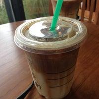 Foto tirada no(a) Starbucks por Iris W. em 5/14/2013