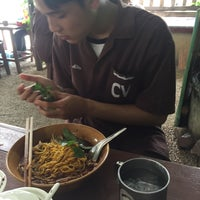 Photo taken at ก๋วยเตี๋ยวไก่จัมโบ้ (พิดโลก) by เอื้อ ส. on 6/21/2016