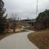 12/8/2012 tarihinde Heidiziyaretçi tarafından Atlanta BeltLine Corridor under Freedom Pkwy'de çekilen fotoğraf