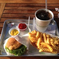 11/16/2012 tarihinde John H.ziyaretçi tarafından Shake Shack'de çekilen fotoğraf