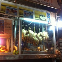 Photo taken at ข้าวมันไก่แชมป์โลก by Thanapong T. on 2/4/2013