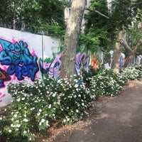 Foto scattata a First Street Garden/First Street Art Park da Jill X. il 5/27/2017