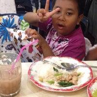 Photo taken at หมี่หมูแดง เยื้องรร. บ้าน by Aretyra A. on 10/28/2014