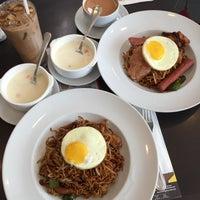 Photo taken at Hong Kong Kim Gary Restaurant (香港金加利茶餐厅) by Joelene K. on 8/21/2016