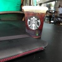 Foto tirada no(a) Starbucks por Carl T. em 9/2/2013