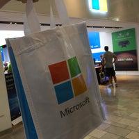 Foto tirada no(a) Microsoft Store por Jorge A. em 7/30/2015