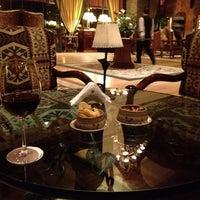 Foto tomada en Lobby Bar por Claudette R. el 11/2/2014