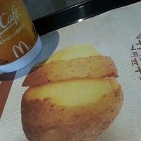 Photo taken at McDonald's (麦当劳) by Elle Y. on 3/23/2014