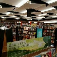 Foto tirada no(a) Books Kinokuniya por Mr P. em 12/28/2016