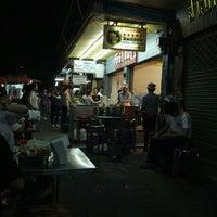 Photo taken at Thip Samai by Nirapat M. on 10/2/2012