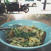 Photo taken at ราดหน้ายอดผัก นายเหลา ตลาดนางลิ้นจี่ by Aun S. on 10/26/2016