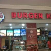 Foto tirada no(a) Burger King por RAVIEL G. em 10/30/2012